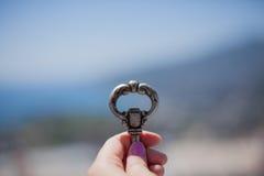 Sleutel in een vrouwelijke hand Stock Foto's