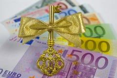 Sleutel en euro Stock Foto