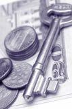 Sleutel en geld stock afbeeldingen