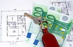 Sleutel en geld op huisplan Royalty-vrije Stock Foto