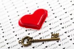 Sleutel en hart over document met nadruk op de sleutel Stock Foto's