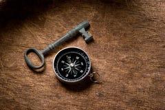 Sleutel en kompas Stock Fotografie