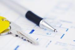 Sleutel en pen op een architectuurplan Stock Afbeeldingen