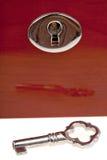 Sleutel en sleutelgat in houten doos Stock Foto