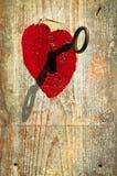 Sleutel in hart als symbool van liefde Stock Fotografie