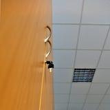 Sleutel in het gesloten kabinet Stock Afbeeldingen