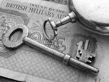 Sleutel, Horloge en Bankbiljet Stock Foto's