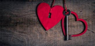 Sleutel met de harten als symbool van liefde. Hart met een sleutelgat. Royalty-vrije Stock Foto's