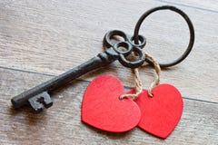 Sleutel met de harten als symbool van liefde Sleutel van mijn hart concep Stock Fotografie