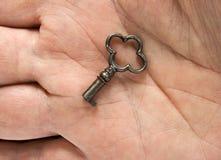 Sleutel op een palm Royalty-vrije Stock Afbeeldingen