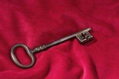 Sleutel op een rood fluweelkussen Stock Afbeelding