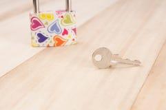 Sleutel op hout, valentijnskaartenconcept Stock Foto's