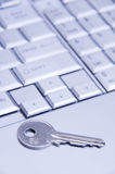 Sleutel op laptop toetsenbord Royalty-vrije Stock Afbeeldingen