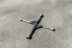 Sleutel op wielen op asfalt met 4 einden royalty-vrije stock afbeelding