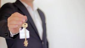 Sleutel tot een nieuw huis De huizen van onroerende goederen?, Vlakten voor verkoop of voor huur stock footage