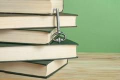 Sleutel tot Kennis Boeken met sleutel op houten achtergrond Stock Fotografie