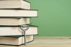 Sleutel tot Kennis Boeken met sleutel op houten achtergrond Royalty-vrije Stock Afbeeldingen