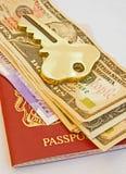 Sleutel tot reis; paspoort, geld en een hotel. Royalty-vrije Stock Foto