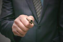 Sleutel tot succesconcept De zakenmanholding in handen oude roestige zeer belangrijk en opent de deur, vooraanzicht stock fotografie
