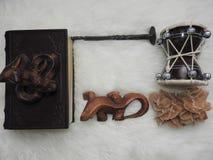 Sleutelbloembloemen met kruidenkaarsen en agenda met tekeningen van magische installaties op planken Geheim, esoterisch en waarze royalty-vrije stock foto's