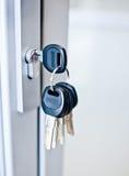 Sleutelbos in een sleutelgat Stock Fotografie