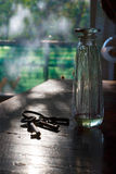 Sleutelbos en fles parfum royalty-vrije stock fotografie