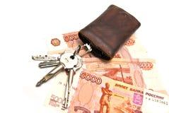 Sleutelbos en geld Stock Foto's