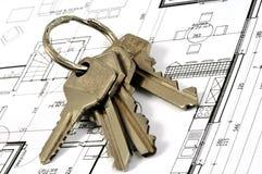 Sleutelbos op een huisplan stock afbeeldingen