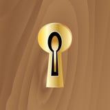 Sleutelgat met een sleutel op een houten deur Stock Foto