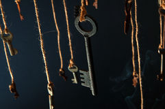 Sleutels die op een koord hangen Rook achtergrond Selectieve nadruk stock afbeelding