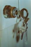 Sleutels in een slot Stock Foto's
