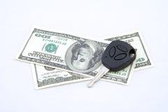 Sleutels en contant geld Stock Afbeeldingen