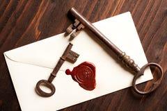 Sleutels en de brief van de Valentijnskaart Stock Fotografie