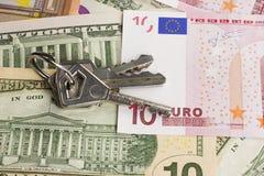 Sleutels en geld Stock Afbeeldingen
