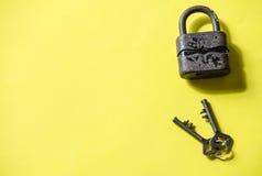 Sleutels en Hangslot Stock Foto's