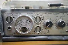 Sleutels en knevelsleutels op een radio royalty-vrije stock afbeeldingen