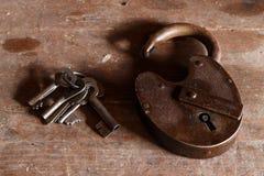 Sleutels en oud slot Royalty-vrije Stock Foto's