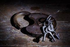 Sleutels en oud slot Stock Fotografie