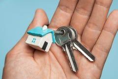 Sleutels en sleutelringhuis op hand Concept het kopen van een huis, het huren royalty-vrije stock foto's