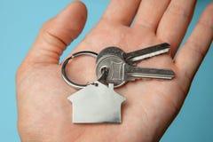 Sleutels en sleutelringhuis op hand Concept het kopen van een huis, het huren royalty-vrije stock foto