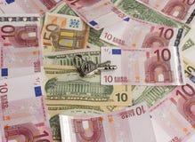 Sleutels met geld Royalty-vrije Stock Afbeeldingen