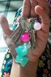 Sleutels met keychain in een hand Stock Afbeelding