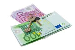Sleutels op een bovenkant van bankbiljetten Stock Foto