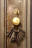 Sleutels op een deur Stock Afbeelding