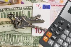 Sleutels op geld en calculator Royalty-vrije Stock Afbeeldingen