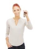 Sleutels van een de jonge redhead Kaukasische vrouwenholding Stock Foto's