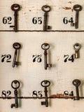 Sleutels van een hotel dat op een muur hangt Stock Foto's