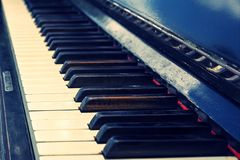 Sleutels van oude uitstekende piano Stock Fotografie