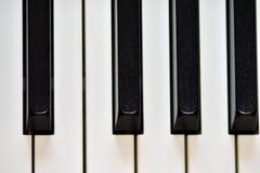 Sleutels van zich een digitale piano, het zachte concentreren, een creatieve stemming van een persoonsimprovisatie en een creativ stock afbeelding