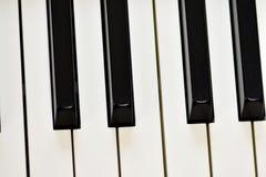 Sleutels van zich een digitale piano, het zachte concentreren, een creatieve stemming van een persoonsimprovisatie en een creativ stock foto's